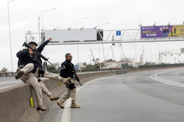 Federal police officers are seen at the Rio-Niteroi Bridge, where armed police surrounded a hijacked passenger bus in Rio de Janeiro, Brazil August 20, 2019, REUTERS/Ricardo Moraes