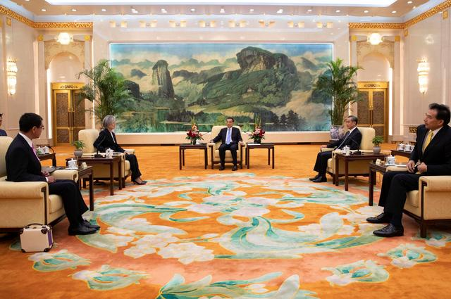 Chinese Premier Li Keqiang (C) meets South Korean Foreign Minister Kang Kyung-wha (2-L) and Japanese Foreign Minister Taro Kono (L) with Chinese Foreign Minister Wang Yi (2-R) at the Great Hall of the People (GHOP) in Beijing, China, 22 August 2019. How Hwee Young/Pool via REUTERS