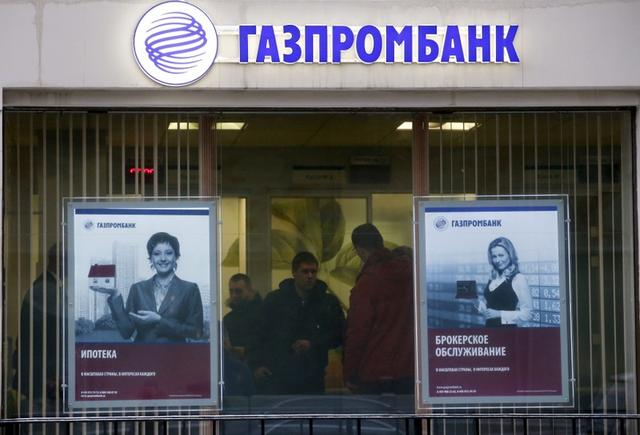 FILE PHOTO: People visit a branch of Gazprombank in Moscow, Russia in this January 23, 2015 file photo.    REUTERS/Maxim Zmeyev