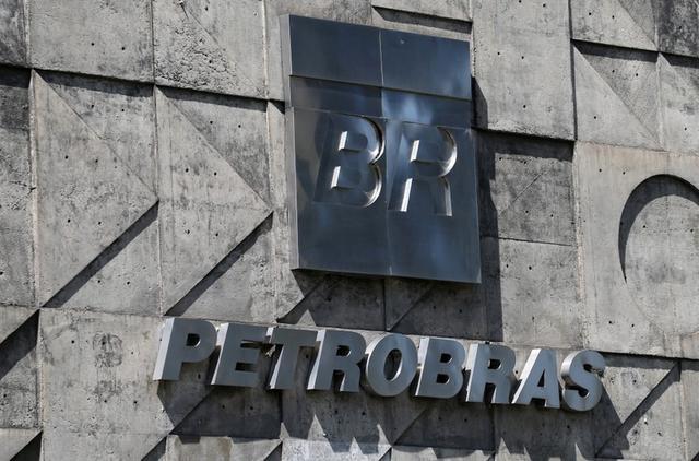 FILE PHOTO: A logo of the Brazil's state-run Petrobras oil company is seen in Rio de Janeiro, Brazil March 25, 2019.  REUTERS/Sergio Moraes