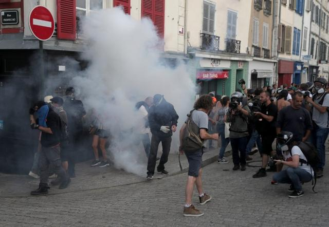 Demonstrators react after police used tear gas during a protest against G7 summit, in Bayonne, France, August 24, 2019. REUTERS/Sergio Perez