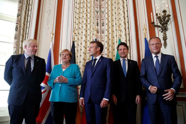 French President Emmanuel Macron and European Council President Donald Tusk pose with G7 European members Britain's Prime Minister Boris Johnson, German Chancellor Angela Merkel and Italy's acting Prime Minister Giuseppe Conte during the G7 summit in Biarritz, France, August 24, 2019. REUTERS/Christian Hartmann