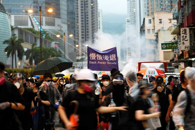 Anti-extradition bill protesters run as riot police fire tear gas during a protest in Hong Kong, China, August 25, 2019. REUTERS/Willy Kurniawan