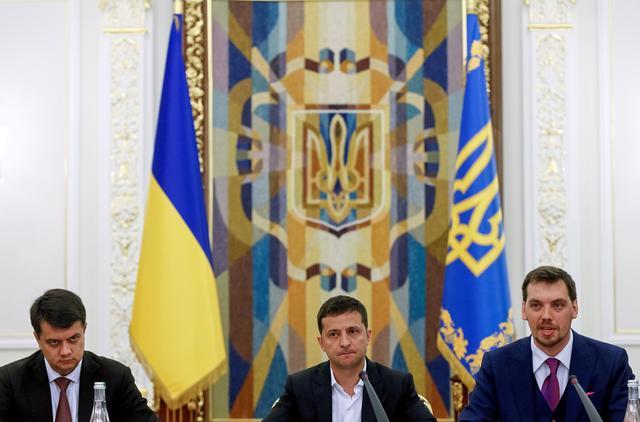 FILE PHOTO: Ukrainian President Volodymyr Zelenskiy (C), newly-appointed Prime Minister Oleksiy Honcharuk (R) and newly-appointed Parliamentary Speaker Dmytro Razumkov attend a meeting in Kiev, Ukraine September 2, 2019.  REUTERS/Valentyn Ogirenko/File Photo