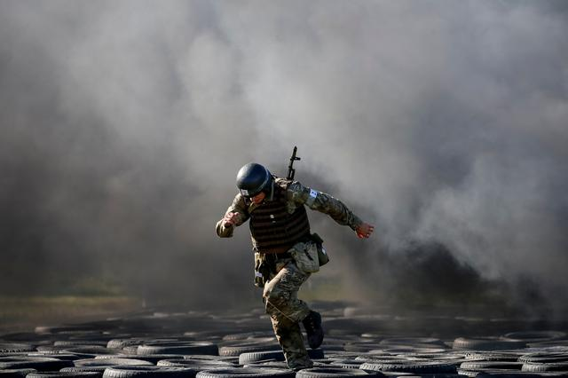 FILE PHOTO: A National Guard serviceman takes part in a competition for entry to the elite units of the Guard at a base near Kiev, Ukraine September 26, 2018.  REUTERS/Gleb Garanich/File Photo