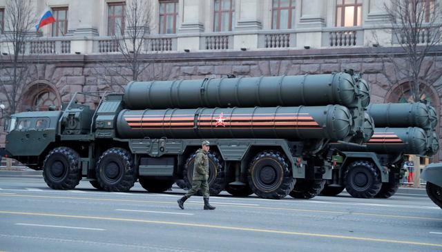 A Russian serviceman walks past S-400 missile air defence systems in Tverskaya Street before a rehearsal for the Victory Day parade, which marks the anniversary of the victory over Nazi Germany in World War Two, in central Moscow, Russia April 29, 2019. REUTERS/Tatyana Makeyeva