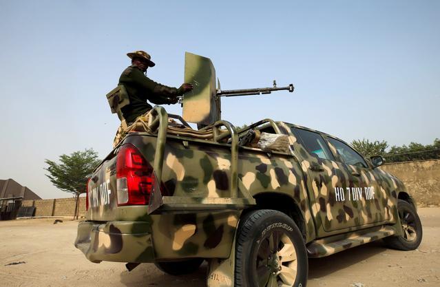FOTO DE ARCHIVO: El ejército nigeriano se prepara para acordonar el área donde un presunto militante mató a un hombre durante un ataque alrededor del área de Polo en Maiduguri, Nigeria, 16 de febrero de 2019. REUTERS / Afolabi Sotunde / File Photo