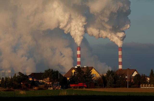 Smoke and steam billows a coal-fired power plant near Belchatow, Poland November 28, 2018. REUTERS/Kacper Pempel