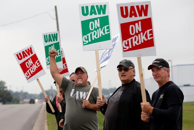 General Motors assembly workers picket outside the General Motors Powertrain Flint Engine plant during the United Auto Workers (UAW) national strike in Flint, Michigan, U.S., September 16, 2019.   REUTERS/Rebecca Cook
