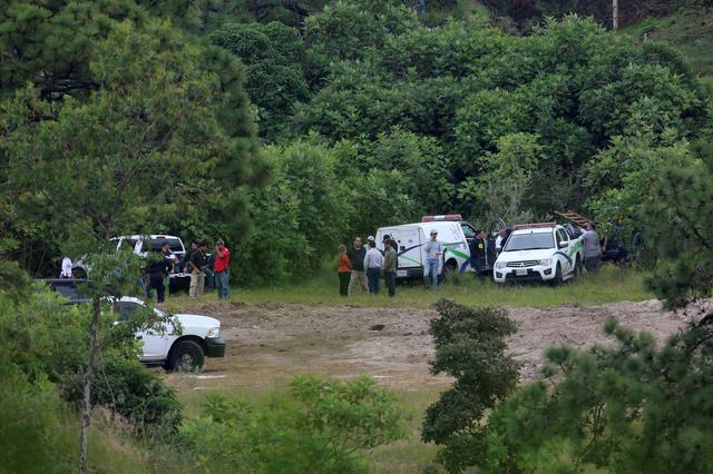 Forensic vehicles and government officials are seen near a clandestine grave while resuming the search for human remains after authorities found bodies packed in plastic bags, in the municipality of Zapopan, outskirts of Guadalajara September 18, 2019. REUTERS/Fernando Carranza