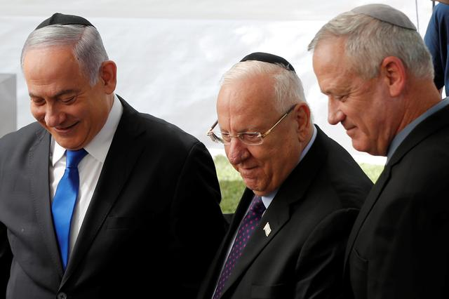 Israeli Prime Minister Benjamin Netanyahu, Israeli President Reuven Rivlin and Benny Gantz, leader of Blue and White party, stand next to each other at a memorial ceremony for late Israeli President Shimon Peres, at Mount Herzl in Jerusalem September 19, 2019. REUTERS/Ronen Zvulun