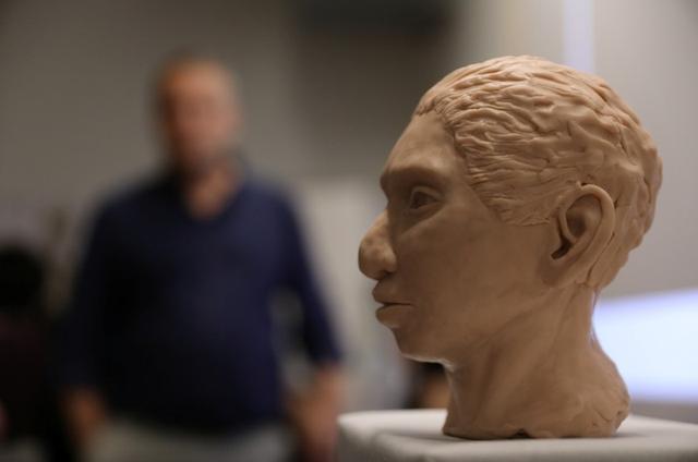 Interpretación de la cabeza de una niña de 13 años de la especie Homínidos de Denísova, Jerusalén, 19 septiembre 2019. REUTERS/Ammar Awad