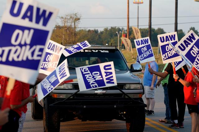 FILE PHOTO: General Motors assembly workers picket outside the General Motors Bowling Green plant during the United Auto Workers (UAW) national strike in Bowling Green, Kentucky, U.S., September 17, 2019.  REUTERS/Bryan Woolston