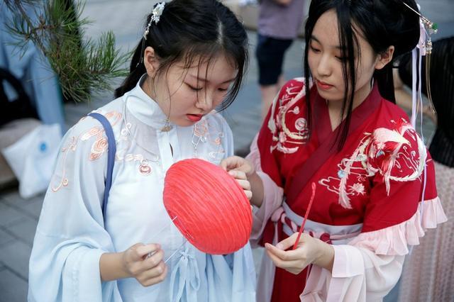 Niñas vestidas a la usanza Hanfu en un parque de Pekín, China, 7 agosto 2019. REUTERS/Jason Lee