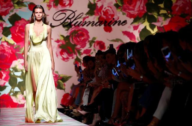 Modelo con vestido de colección Primavera/Verano 2020 de Blumarine, en Semana de la Moda de Milán, Italia, 20 septiembre 2019. REUTERS/Alessandro Garofalo