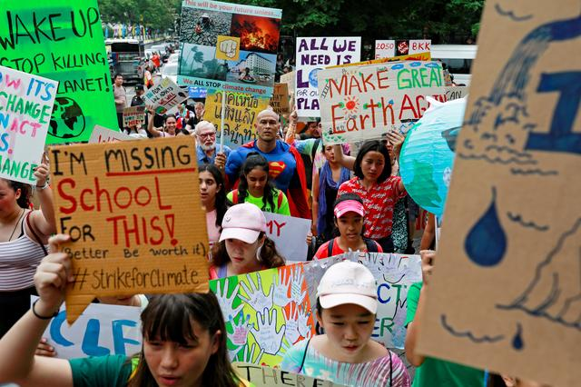 Environmental activists participate in a Global Climate Strike near the Ministry of Natural Resources and Environment office in Bangkok, Thailand September 20, 2019. REUTERS/Soe Zeya Tun