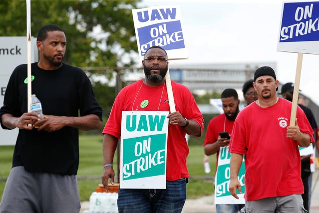 FILE PHOTO: General Motors assembly workers picket outside the General Motors Detroit-Hamtramck Assembly plant during the United Auto Workers (UAW) national strike in Hamtramck, Michigan, U.S., September 16, 2019.   REUTERS/Rebecca Cook