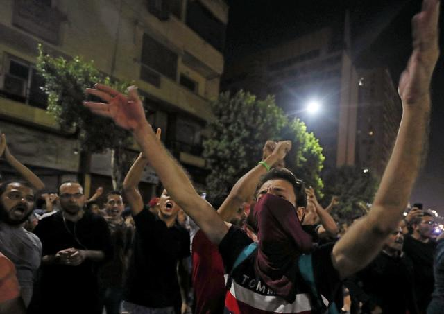 Small groups of protesters gather in central Cairo shouting anti-government slogans in Cairo, Egypt September 21, 2019.REUTERS/Mohamed Abd El Ghany