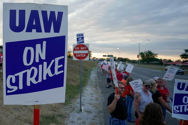 General Motors assembly workers and their supporters gather to picket outside the General Motors Bowling Green plant during the United Auto Workers (UAW) national strike in Bowling Green, Kentucky, U.S., September 20, 2019.  REUTERS/Bryan Woolston