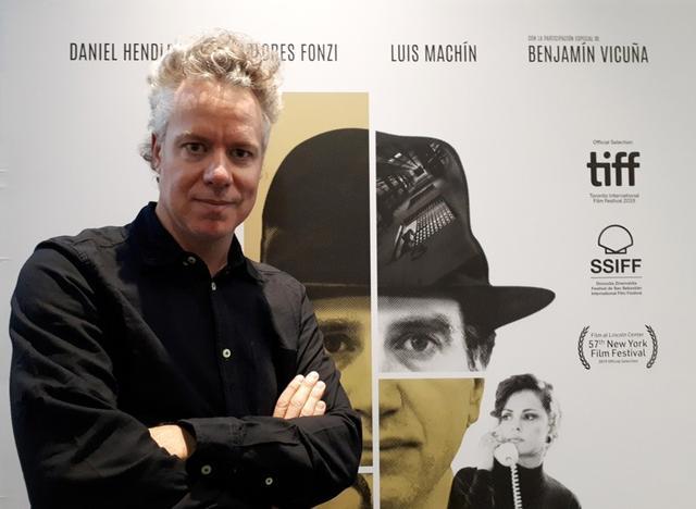 """El director uruguayo, Federico Veiroj, posa para una fotografía junto a un afiche de su película """"Así habló el cambista"""" en Buenos Aires, Argentina. 16 de septiembre de 2019. REUTERS/Lucila Sigal."""