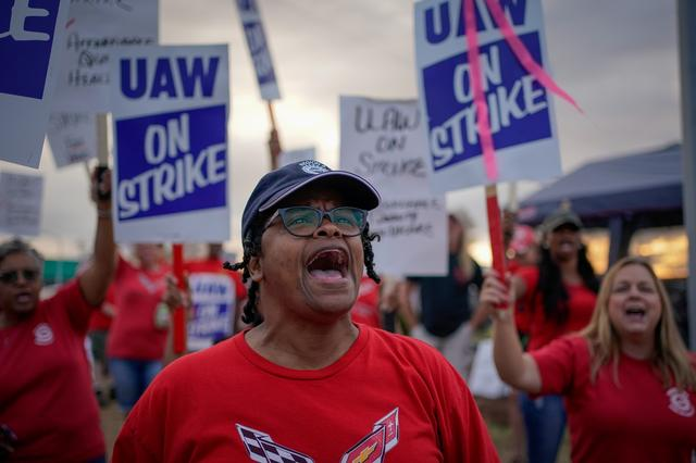 FILE PHOTO: GM team leader Natalie Walker, 56, leads chants as General Motors assembly workers and their supporters gather to picket outside the General Motors Bowling Green plant during the United Auto Workers (UAW) national strike in Bowling Green, Kentucky, U.S., September 20, 2019.  REUTERS/Bryan Woolston/File Photo