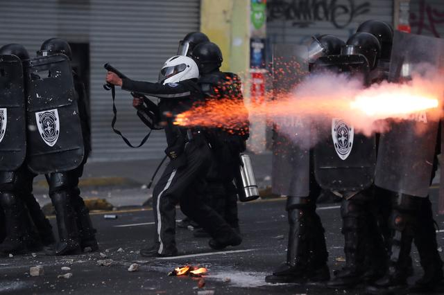 Members of the riot police aim their weapons as they clash with demonstrators during protests after Ecuador's President Lenin Moreno's government ended four-decade-old fuel subsidies, in Quito, Ecuador October 4, 2019. REUTERS/Ivan Alvarado