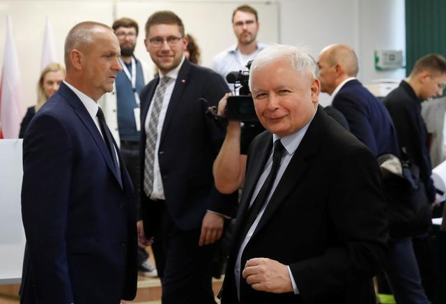 Jaroslaw Kaczynski, leader of the ruling Law and Justice (PiS) party, attend a voting during parliamentary election at a polling station in Warsaw, Poland, October 13, 2019. REUTERS/Kacper Pempel