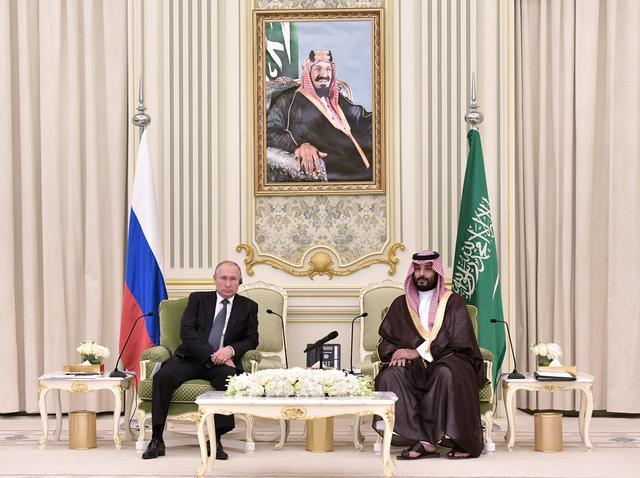 Russian President Vladimir Putin and Saudi Arabia's Crown Prince Mohammed bin Salman attend a meeting in Riyadh, Saudi Arabia, October 14, 2019.  Sputnik/Alexei Nikolsky/Kremlin via REUTERS