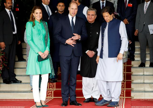 Britain's Prince William, Catherine, Duchess of Cambridge and Pakistan's Prime Minister Imran Khan pose after a meeting in Islamabad, Pakistan October 15, 2019. REUTERS/Peter Nicholls