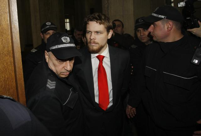 """FILE PHOTO: Australian Paul """"Jock"""" Palfreeman (C) is escorted by Bulgarian policemen before the start of a hearing of his appeal case in the Court of Appeal in Sofia January 19, 2011.      REUTERS/Stoyan Nenov"""