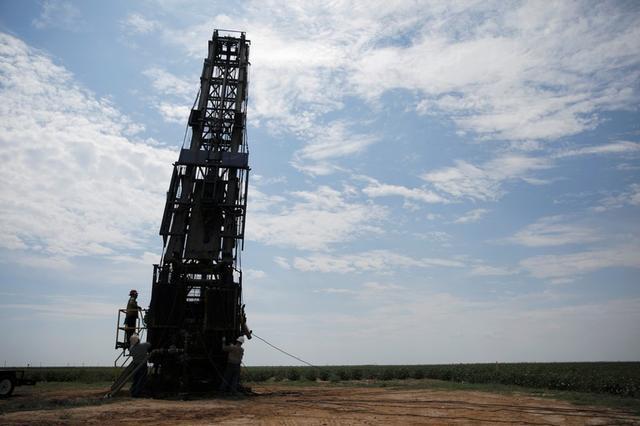Imagen de archivo de trabajadores petroleros preparando una perforadora en un algodonal en Seminole, Texas, EEUU. 19 septiembre 2019. REUTERS/Adria Malcolm