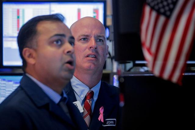 Imagen de archivo de operadores trabajando en el pido de la Bolsa de Valores de Nueva York (NYSE), EEUU, Octubre 2, 2019. REUTERS/Brendan McDermid/