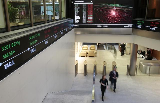 Imagen de archivo donde gente camina en el lobby de la Bolsa de Londres. 30 de noviembre de 2015. REUTERS/Suzanne Plunkett.