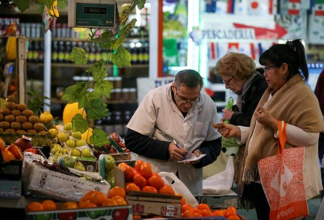 Una mujer compra en un mercado en Buenos Aires,. Foto de archivo 23 Ago 2019. REUTERS/Agustin Marcarian/File Photo