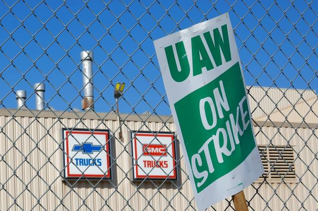 Imagen de archivo de un cartel colgando en una cerca afuera de la planta ensambladora de camiones de GM en Flint, Michigan, EEUU, Octubre 9, 2019. REUTERS/Brian Snyder/