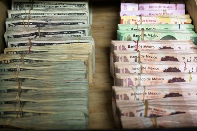 Foto de archivo. Fajos de billetes mexicanos y dólares estadounidenses en una casa de cambio en Ciudad Juárez, México. 15 de enero de 2018. REUTERS/Jose Luis Gonzalez.