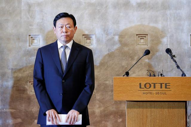 FILE PHOTO: Lotte Group chairman Shin Dong-bin attends a news conference in Seoul, South Korea, October 25, 2016. REUTERS/Kim Hong-Ji/File Photo/File Photo