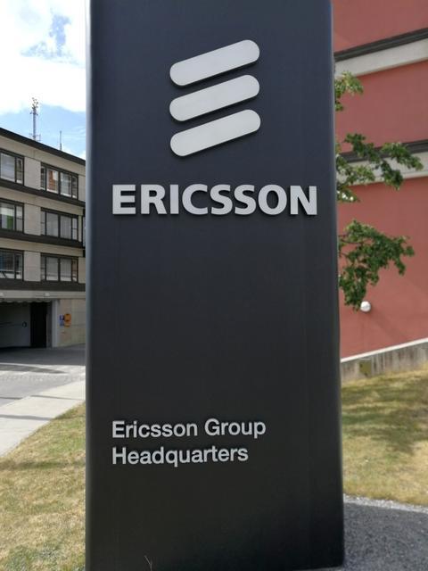 FOTO DE ARCHIVO: El logotipo de Ericsson la sede de la compañía en Estocolmo. REUTERS/Olof Swahnberg