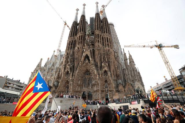 Catalan demonstrators chant slogans in front of La Sagrada Familia basilica during Catalonia's general strike in Barcelona, Spain, October 18, 2019.  REUTERS/Albert Gea