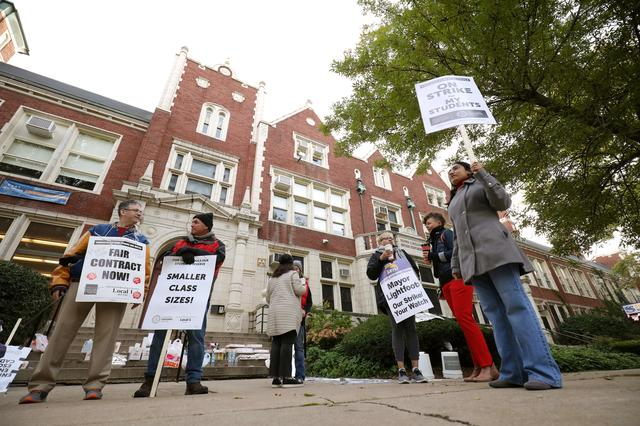 Teachers picket at Sullivan High School on the second day of a teachers' strike in Chicago, Illinois, U.S. October 18, 2019.  REUTERS/John Gress