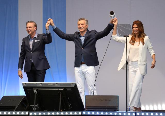 Argentina's President Mauricio Macri (C), his running mate Miguel Angel Pichetto and Argentina's first lady Juliana Awada gesture, during a 'Million March' rally as part of Macri's reelection campaign, in Buenos Aires, Argentina October 19, 2019.   REUTERS/Joaquin Salguero