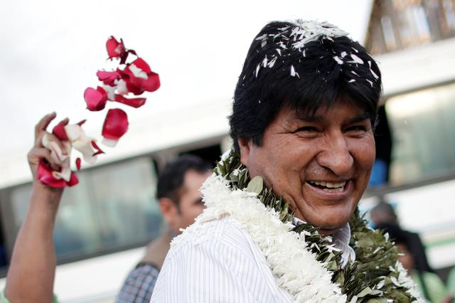 Bolivia's President and presidential candidate Evo Morales of the Movement Toward Socialism (MAS) party is greeted by supporters as he arrives to vote during the presidential election at a polling station in a school in Villa 14 de Septiembre, in the Chapare region, Bolivia, October 20, 2019. REUTERS/Ueslei Marcelino