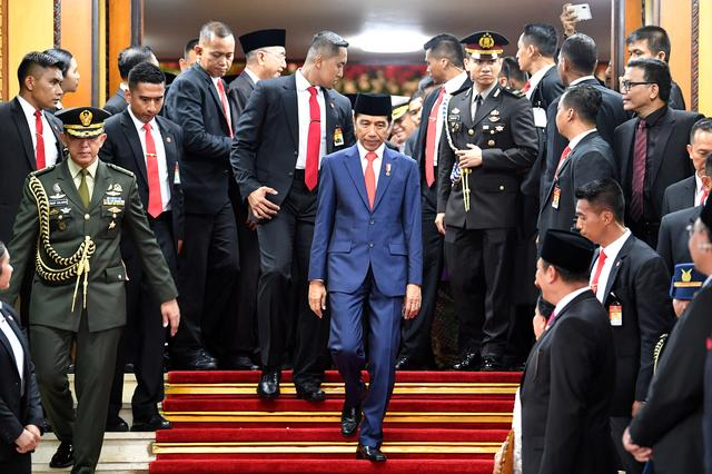Indonesian President Joko Widodo walks after his inauguration and a swearing-in ceremony at the House of Representatives building in Jakarta, Indonesia, October 20, 2019 in this photo taken by Antara Foto.  Antara Foto/Sigid Kurniawan/ via REUTERS