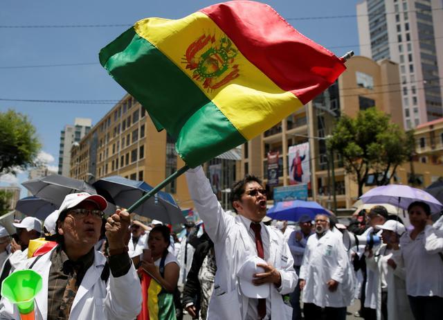 Doctors protest in front of the national electoral computing center in La Paz, Bolivia, October 22, 2019. REUTERS/David Mercado