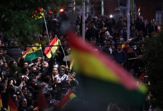 Supporters of Bolivian presidential candidate Carlos Mesa hold Bolivian flags as they protest next to national electoral computing center in La Paz, Bolivia October 22, 2019. REUTERS/Ueslei Marcelino