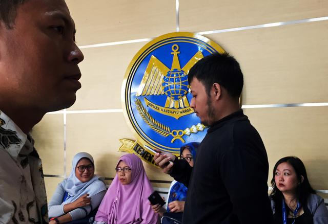 Family members of the victims killed in the crash of Lion Air flight JT610 sit in the lobby of the Transport Ministry ahead of the briefing to the families of victims on the final report on the crash in Jakarta, Indonesia, October 23, 2019.  REUTERS/Sekar Nasly