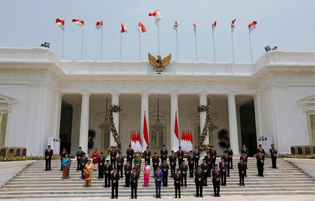 Indonesian President Joko Widodo, Vice President Ma'ruf Amin, and newly appointed cabinet ministers pose for photographers after the ministers' inaugurations for Widodo's second term, at the Presidential Palace in Jakarta, Indonesia October 23, 2019. REUTERS/Willy Kurniawan