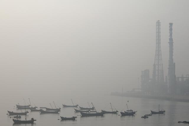 Boats are seen at the Dalian Bay shrouded in haze on a polluted day in Liaoning province, China October 22, 2019. REUTERS/Stringer