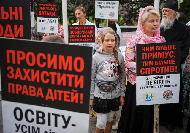 Anti-vaccination activists protest against the decision of the Health Ministry and Education Ministry to not allow children without vaccination to go to kindergarten and school, next to the Presidential Administration building in Kiev, Ukraine August 22, 2019.  Picture taken August 22, 2019.  REUTERS/Gleb Garanich