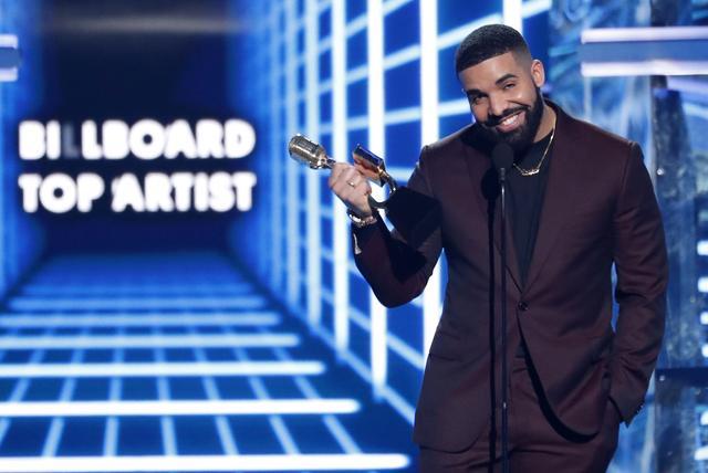 FILE PHOTO - 2019 Billboard Music Awards- Show - Las Vegas, Nevada, U.S., May 1, 2019 - Drake accepts the award for Billboard Top Artist. REUTERS/Mario Anzuoni
